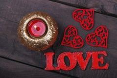 De kaars, de rode harten en de liefdetekst Royalty-vrije Stock Foto's