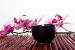 De kaars en de bloem van het kuuroord voor aromatherapy stock fotografie