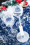 De kaars en de glazen van Kerstmis Stock Fotografie