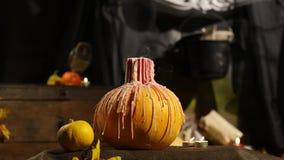 De kaars gaat uit Gesneden Halloween pompoen stock footage