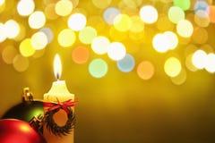 De kaars van Kerstmis met vaag licht Stock Foto