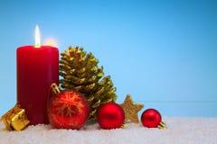 De Kaars van de komst en Kerstmisdecoratie Kerstman Klaus, hemel, vorst, zak Stock Fotografie
