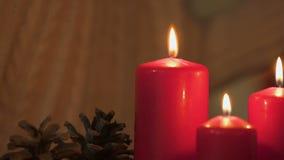 De kaars van de meisjesverlichting, die vlam, concept bekijken brandveiligheid bij Kerstmis stock footage