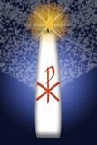 De kaars van Pasen met het monogram van Christus Royalty-vrije Stock Afbeeldingen