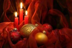 De Kaarsen & de Snuisterijen van Kerstmis Stock Foto