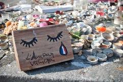 De kaarsen en de herdenkingsberichten tegen terrorisme vallen, op 13 November, 2015 in Parijs aan Stock Fotografie