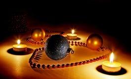 De kaarsen en de snuisterijen van Kerstmis Royalty-vrije Stock Afbeelding