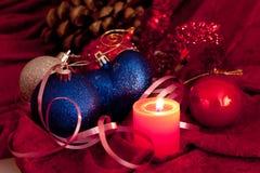 De kaarsen en de snuisterijen van Kerstmis op dark Royalty-vrije Stock Foto's