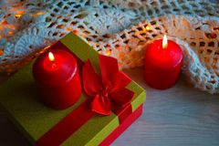 De kaarsen en de gift van Kerstmis stock afbeelding
