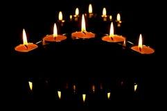 De kaarsen en het is schaduwen Stock Afbeeldingen