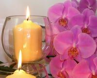 De kaarsen glanzen op Orchideeën royalty-vrije stock afbeeldingen