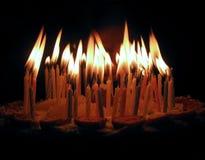 De kaarsen op een cake Stock Afbeeldingen