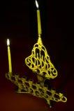 De kaarsen van de Chanoeka in hanukkiya Stock Afbeeldingen