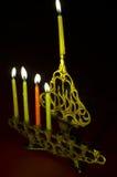 De kaarsen van de Chanoeka in hanukkiya Stock Foto