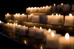 De kaarsen van de kerk Stock Afbeeldingen