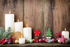 De kaarsen van de Kerstmiskomst met feestelijk decor Royalty-vrije Stock Foto's