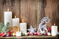 De kaarsen van de Kerstmiskomst met feestelijk decor Stock Afbeeldingen