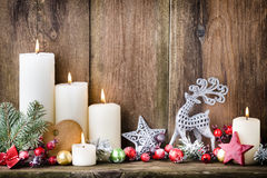 De kaarsen van de Kerstmiskomst met feestelijk decor Royalty-vrije Stock Afbeelding