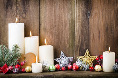 De kaarsen van de Kerstmiskomst met feestelijk decor Stock Foto
