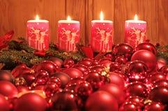 De kaarsen van de komst en de ballen van Kerstmis Stock Foto's