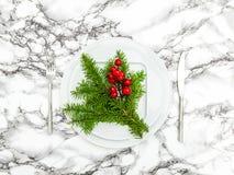 De kaarsen van de lijstdecoration De pijnboom vertakt zich rode bessen Stock Foto's