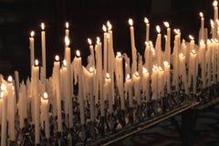 De kaarsen van de toewijding stock afbeeldingen