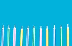 De kaarsen van de verjaardag in een rij Stock Afbeelding