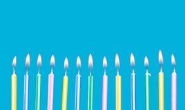 De kaarsen van de verjaardag in een rij met vlammen Stock Foto