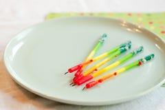 De kaarsen van de verjaardag op plaat Stock Foto