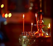 De kaarsen van de verlichting in een kerk Stock Afbeelding
