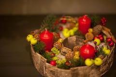 De kaarsen van decoratiekerstmis op grijze achtergrond royalty-vrije stock foto's