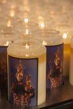 De kaarsen van het gebed in een kerk Stock Fotografie
