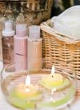 De kaarsen van het kuuroord in water Royalty-vrije Stock Foto's