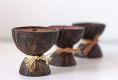 De kaarsen van het kuuroordaroma in kokosnotenshell op een lijst royalty-vrije stock foto