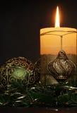 De kaarsen van Kerstmis en ballenornamenten Royalty-vrije Stock Fotografie