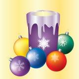 De kaarsen van Kerstmis en gekleurde ballen. Stock Afbeelding