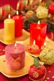 De kaarsen van Kerstmis op een rode achtergrond Stock Foto