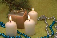 De kaarsen van Kerstmis op groene achtergrond Stock Afbeeldingen
