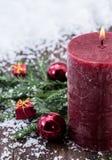 De Kaarsen van Rustical in de sneeuw Stock Afbeeldingen