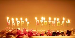 De kaarsen zijn gelukkige verjaardagsbrieven royalty-vrije stock afbeelding