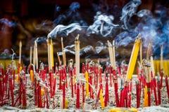De kaarsenwierook is een heilig Boeddhisme van dingen Boeddhistisch geloven in Thailand royalty-vrije stock afbeelding