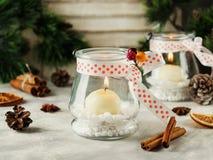 De kaarshouders van het glasnieuwjaar met kaarsen op een houten witte lijst, selectieve nadruk Stock Afbeelding