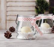De kaarshouders van het glasnieuwjaar met kaarsen op een houten witte lijst, selectieve nadruk Royalty-vrije Stock Afbeeldingen
