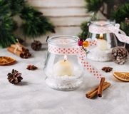 De kaarshouders van het glasnieuwjaar met kaarsen op een houten witte lijst, selectieve nadruk Royalty-vrije Stock Foto's