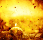 De kaarslichten van de Kerstmisbal op de winter gouden achtergrond stock illustratie