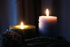 De kaarsvlam glanst in dark Twee kaarsen en licht twee Royalty-vrije Stock Foto