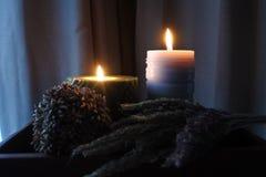 De kaarsvlam glanst in dark Twee kaarsen en licht twee Royalty-vrije Stock Fotografie