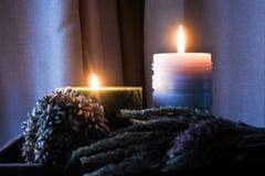 De kaarsvlam glanst in dark Twee kaarsen en licht twee Stock Afbeeldingen