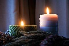 De kaarsvlam glanst in dark Twee kaarsen en licht twee Royalty-vrije Stock Afbeelding