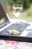 De kaart die van het debet op laptop rust Stock Afbeeldingen